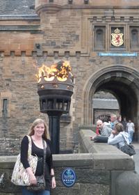 Onestopenglish reporter outside Edinburgh Castle